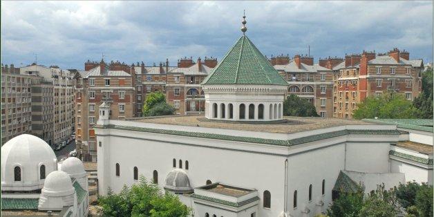 """La grande mosquée de Paris est de style hispanomauresque. Son minaret se dresse à 33 mètres de hauteur. Elle a été construite au lendemain de la première guerre mondiale (1922 - 1926). Le minaret est conforme aux normes de l'Ecole malékite. C'est une tour carrée, fleurie de faïence turquoises (à droite).  La décision de construire la Grande Mosquée de Paris (première mosquée construite en France) est prise au lendemain de la bataille de Verdun en 1916 qui fit 28 000 morts musulmans, et pour rendre hommage à près de 70 000 soldats musulmans morts (38 000 du Maghreb dont 23 000 Algériens) pour la France durant la Première Guerre mondiale (Wikipedia)  <a href=""""http://www.mosquee-de-paris.org/"""" rel=""""nofollow"""">www.mosquee-de-paris.org/</a>"""