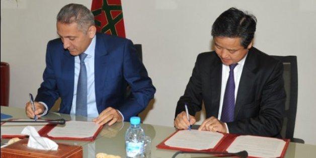 Moulay Hafid Elalamy, ministre de l'Industrie, et Li Guisheng, Président du groupe ISI Golden Age International Holding Co. Lt, le 23 décembre à Rabat