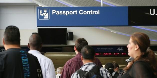 Des voyageurs attendent le contrôle de leurs passeports à l'aéroport de Chicago O'Hare, le 19 septembre 2014