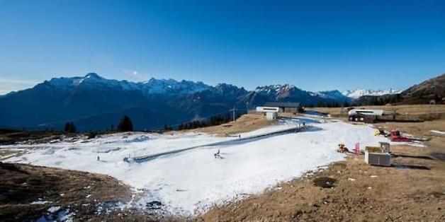 스위스 로카르노 인근 레벤티나 계곡에 있는 소규모 스키리조트 카리가 겨울시즌을 시작했지만 눈이 없어 26일 초보자들이 연습할 수 있는 곳에만 인공눈을 뿌리고 운영하고 있다