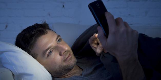 Das Smartphone im Schlafzimmer kann unsere innere Uhr durcheinander bringen.