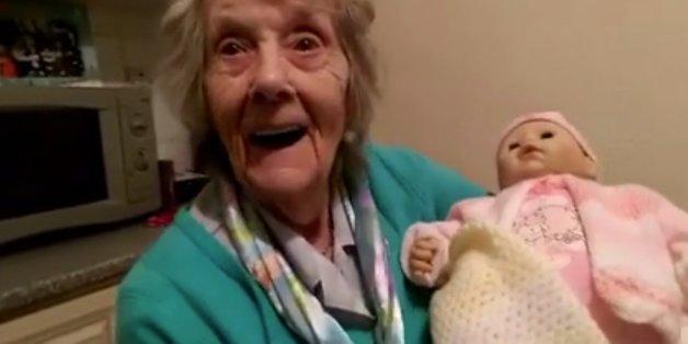 Großmutter mit Demenz bekommt eine Puppe zu Weihnachten