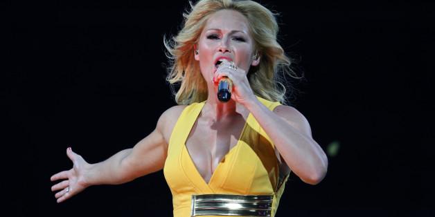 Die Schlägersängerin Helene Fischer kann nicht nur singen - sonder auch schießen