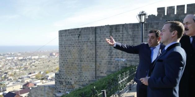 Le Premier ministre russe Dimitri Medvedev le 13 novembre 2015 sur la muraille de la forteresse de Derbent