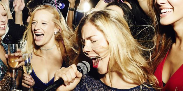 Karaoke sorgt für Unterhaltung und Spaß bei einer gelungenen Silvester-Party.