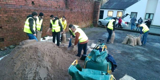 PHOTOS. Des réfugiés syriens proposent leur aide dans les villes anglaises touchées par les inondations