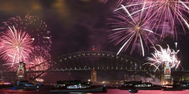 Les feux d'artifice du Nouvel An éclairent le Harbour Bridge à Sydney avant le coup de minuit le 31 décembre 2015