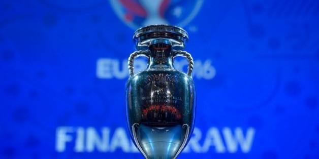 Le trophée de l'Euro-2016 lors du tirage au sort, le 12 décembre 2015 à Paris