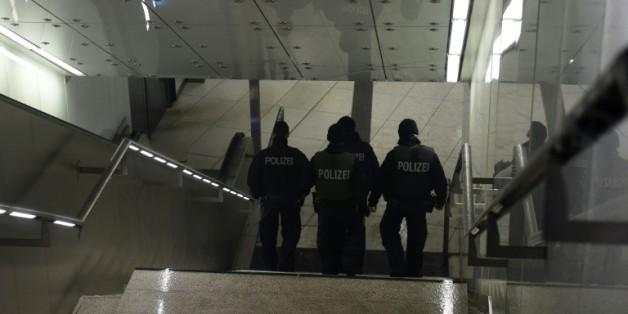 Des policiers en patrouille dans le métro fermé le 1er janvier 2016 à Munich