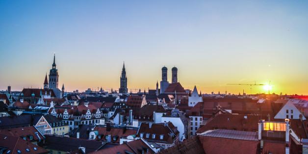 Sonnenuntergang in München mit Panoramablick zur Frauenkirche und anderen Kirchtürmen