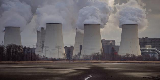 Blick auf die qualmenden Kühltürme des Braunkohlekraftwerkes der Vattenfall AG am 04.01.2015 in Jänschwalde (Archivbild)
