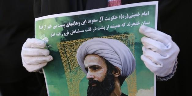 Une Iranienne tient le portrait du religieux chiite Nimr al-Nimr pendant une manifestation le 3 janvier 2016 devant l'ambassade saoudienne à Téhéran