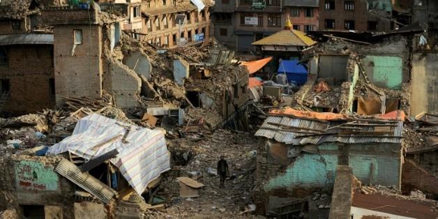 Un Népalais traverse les décombres du tremblement de terre à Katmandou, le 26 mai 2015