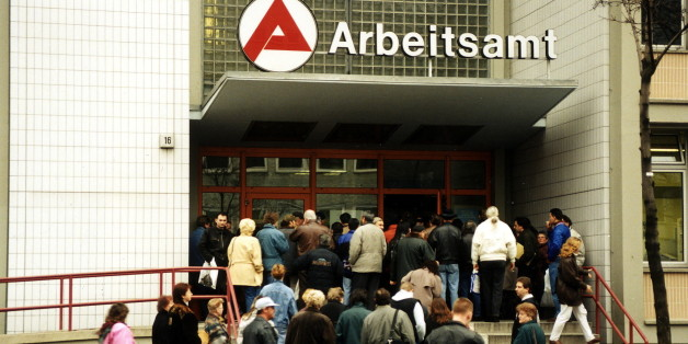 (GERMANY OUT) Arbeitslose vor dem Arbeitsamt Wedding - 1997  (Photo by Reiche/ullstein bild via Getty Images)