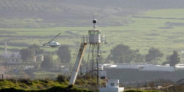 Un hélicoptère des Nations Unies vole au-dessus du village de Ghajar à la frontière entre Israël et le Liban, le 29 janvier 2015