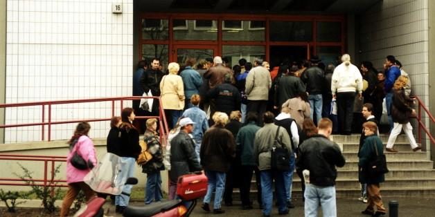 (GERMANY OUT) Arbeitslose vor dem Arbeitsamt Wedding - 1997  (Photo by Reiche/ullstein bild via Getty Images)