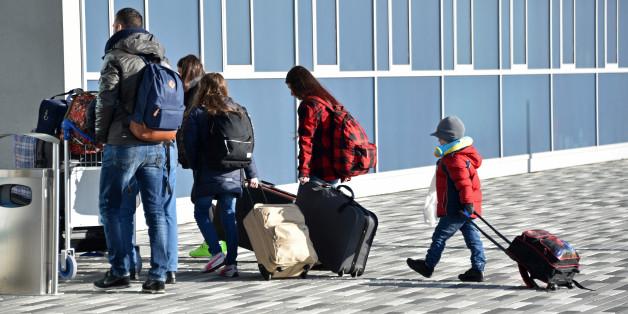 Eine Migranten-Familie bei der freiwilligen Ausreise