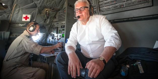 Außenminister Frank-Walter Steinmeier nicht im Anzug: So zeigt er sich auf einem Flug nach in Bagdad im Irak im Cockpit einer Bundeswehr Transall