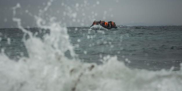 Flüchtlinge erreichen am 3. Januar 2016 in einem Schlauchboot die griechische Insel Lesbos