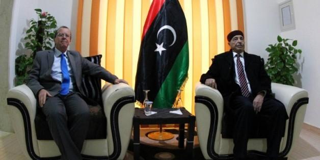 L'émissaire des Nations unies en Libye Martin Kobler (g) lors de sa rencontre avec le chef de la Chambre des représentants libyenne, internationalement reconnue, Aguila Saleh le 31 décembre 2015 à Shahat, dans l'est de la Libye