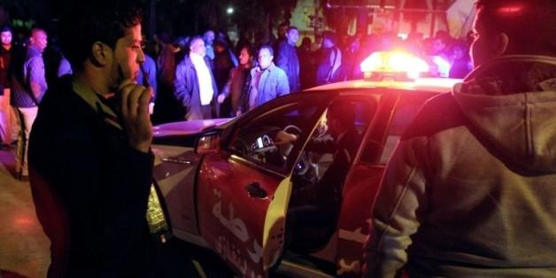 Des forces de sécurité libyennes arrivent le 14 janvier 2013 sur les lieux d'un attentat à la bombe contre des policiers -dont deux ont été blessés- à Benghazi, en Libye