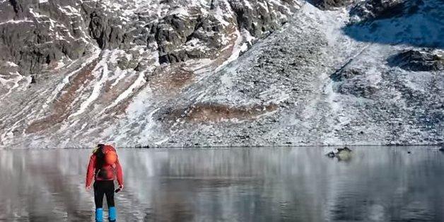 Dieser Mann geht über einen zugefrorenen See - doch als er nach unten blickt, kriegt er einen Schock