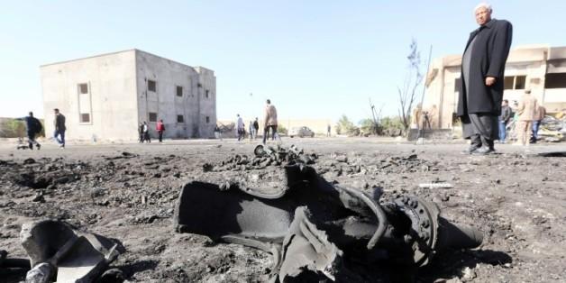Un libyen sur les lieux d'un attentat suicide au camion piégé qui a fait plus de 50 morts à Zliten à l'ouest du pays, le 7 janvier 2016