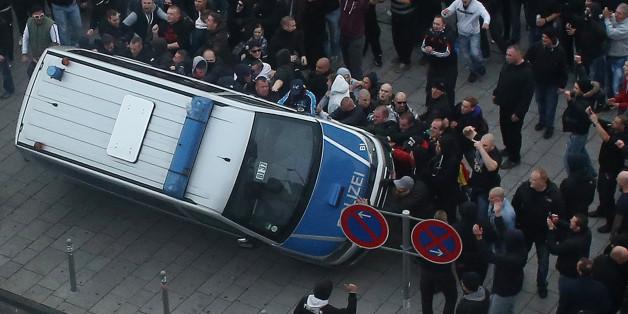 """""""Hogesa""""-Demonstranten werfen am 26.10.2014 in Köln ein Polizeiauto um (Archivbild)"""