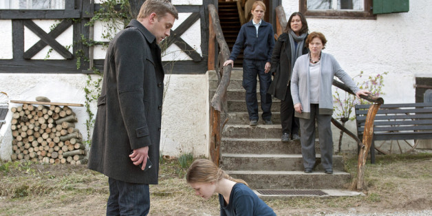 "Rebecca (Gro Swantje Kohlhof) wählt Kai Perlmann (Sebastian Bezzel) als ihren neuen ""Erzieher""."