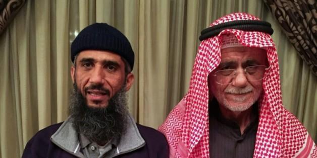 Faez Mohammed Ahmed al-Kandari (g) avec son père, à l'hôpital militaire de Koweit, le 9 janvier 2016, après sa libération de Guantanamo