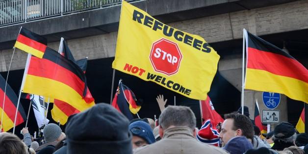Das Bild zeigt eine Pegida-Demo in Dresden.