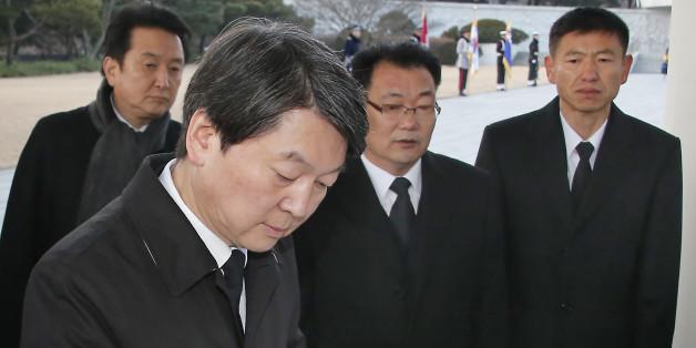 신당 '국민의당'(가칭) 안철수 의원이 11일 오전 동작구 국립서울현충원 현충탑을 참배한 뒤 방명록을 작성하고 있다.