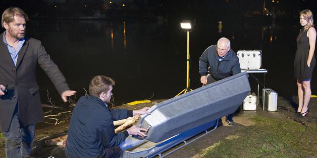 """""""Böser Wolf"""": Der Gerichtsmediziner Henning Kirchhoff und Kommissarin Pia Kirchhoff untersuchen den Fundort einer Leiche"""