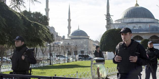 Türkische Polizisten sichern den Ort des Anschlags ab