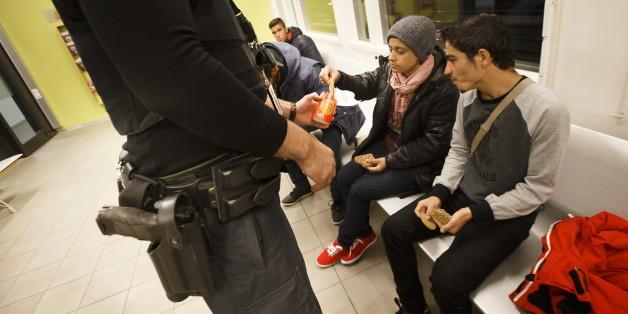 Zwei Flüchtlinge in der Polizeistation Svinesund in Norwegen