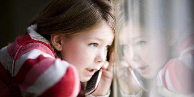 Sie ruft ihre Mutter an.
