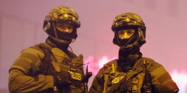 Zwei Polizisten sichern den Münchener Hauptbahnhof nach einer Terror-Warnung