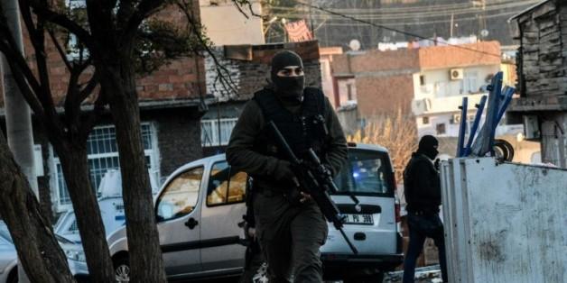 Des policiers turcs à Diyarbakir, le 24 décembre 2015