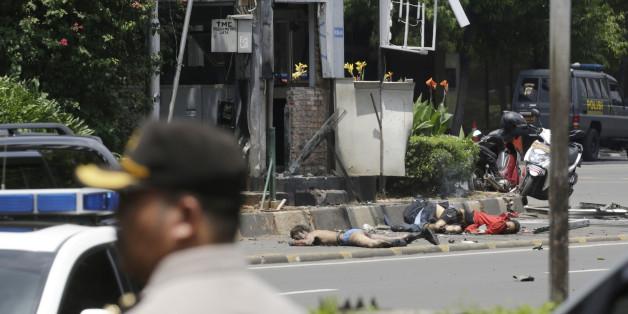 Des corps de victimes près d'un poste de police cible d'un attentat à Jakarta, jeudi 14 janvier 2016