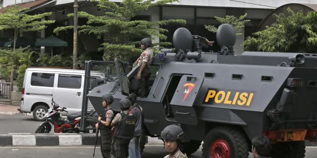 Indonesische Polizei vor dem Starbucks, dass die IS-Täter angegriffen hatte