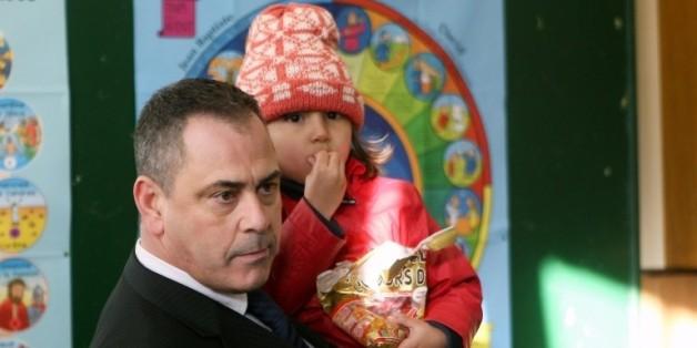 Le Britannique Robert Lawrie tient dans ses bras une petite réfugiée afghane de quatre ans, Bahar Ahmadi, avant son procès devant le tribunal correctionnel de Boulogne-sur-Mer, dans le Pas-de-Calais, le 14 janvier 2016