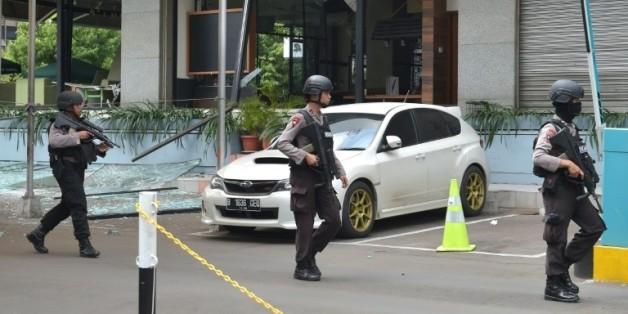 Des policiers indonésiens devant le café Starbucks détruit lors des attentats à Jakarta, le 14 janvier 2016