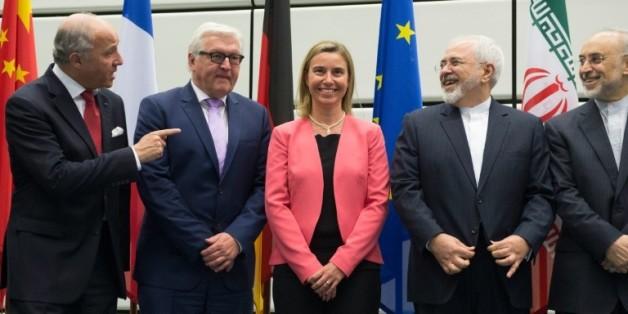 (g-d): les ministres des Affaires étrangères français Laurent Fabius et allemand, Frank-Walter Steinmeier, la chef de la diplomatie européenne Federica Mogherini, le ministre iranien des Affaires étrangères Mohammad Javad Zarif et le chef de l'organisation nucléaire iranienne Ali Akbar Salehi, le 14 juillet 2015 au siège de l'AIEA à Vienne