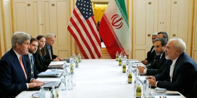 Le secrétaire d'Etat américain John Kerry (g) face à son homologue iranien Javad Zarif (d) à Vienne, le 16 janvier 2016