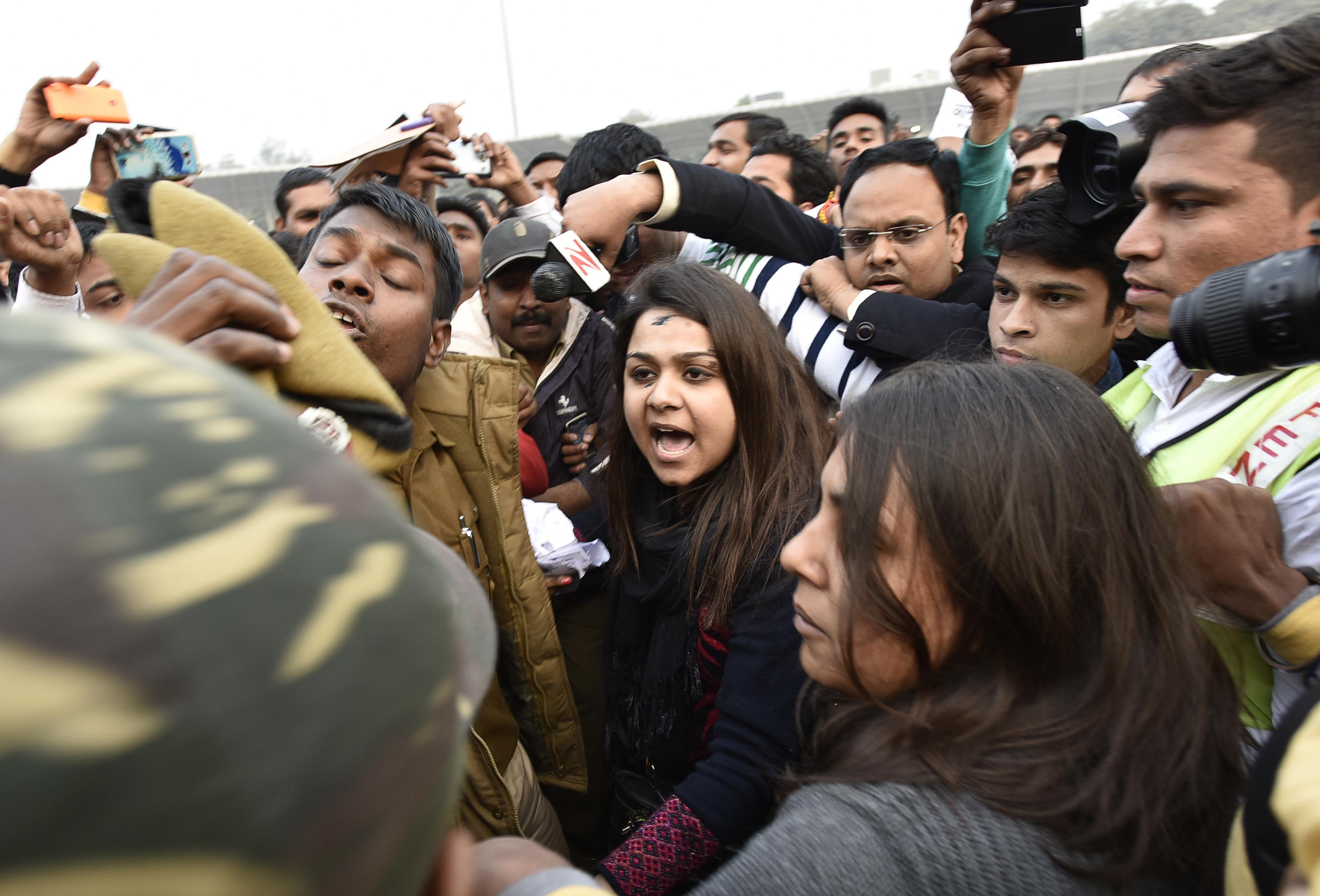 woman throws ink kejriwal