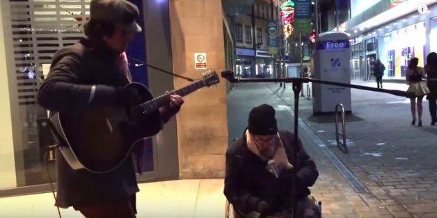 Der Straßensänger dachte, er könnte singen - bis sich ein Obdachloser das Mikrofon schnappt und loslegt