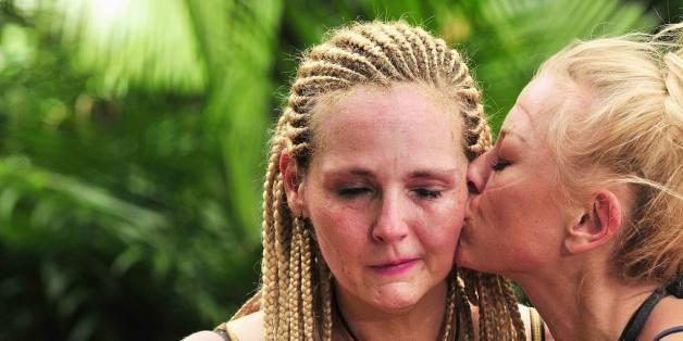 Jenny Elvers küsst die Verliererin der Dschungelprüfung Helena Fürst