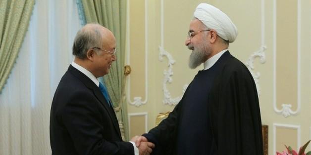 Photographie remise par le bureau de la présidence iranienne montrant Yukiya Amano, président de l'Agence internationale de l'énergie atomique (g), et le président iranien Hassan Rohani, à Téhéran le 18 janvier 2016