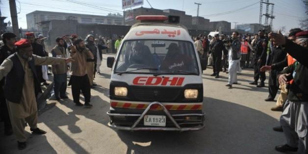 Une ambulance transporte des blessés vers l'hôpital après une attaque contre une université, le 20 janvier 2016 à Charsadda, au Pakistan
