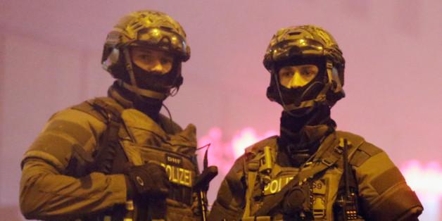 Zwei SEK-Polizisten sicher den Münchner Hauptbahnhof im Dezember 2015
